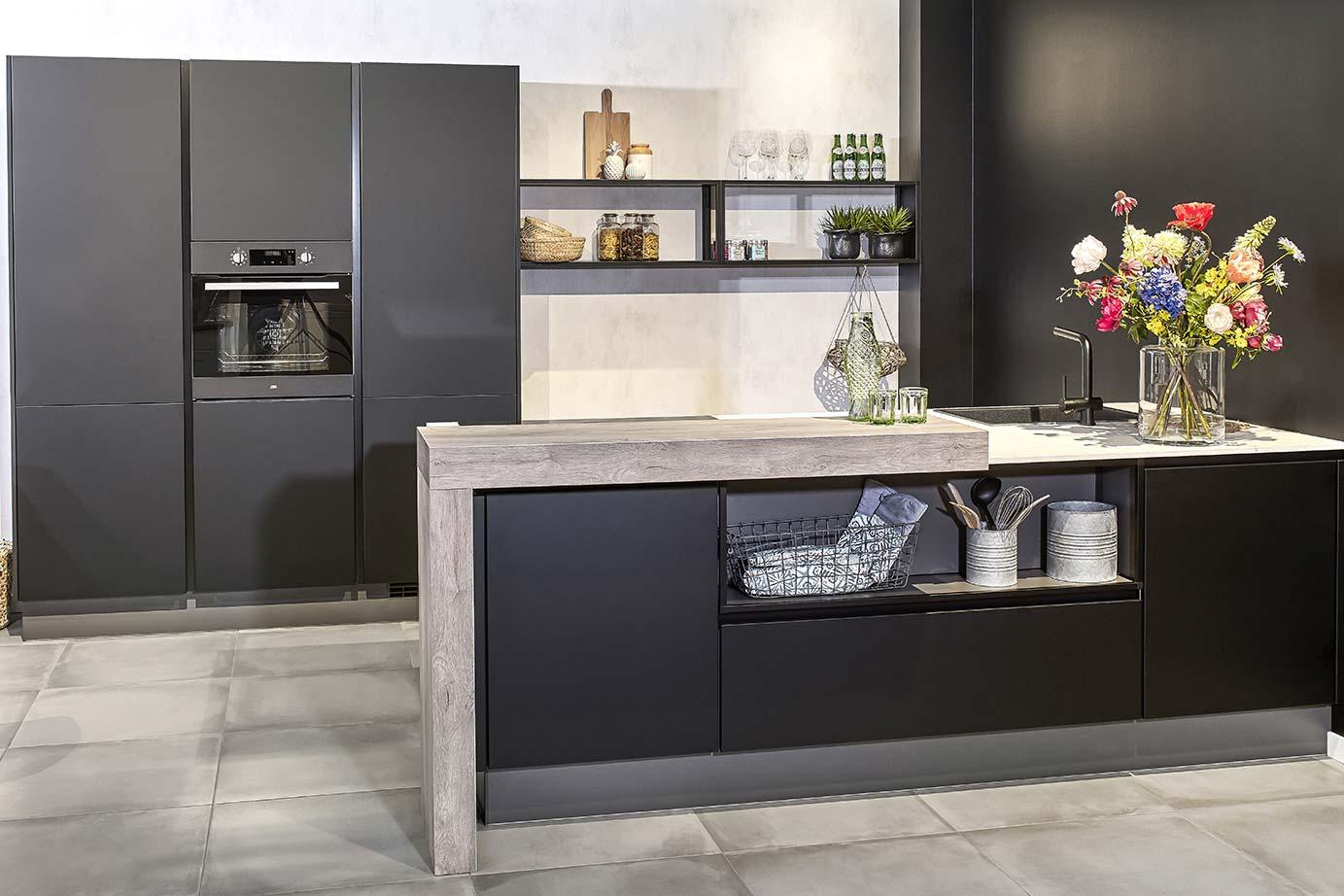 Zwarte Landelijke Keuken : Zwarte keukens in diverse stijlen en prijsklassen. – Pelma